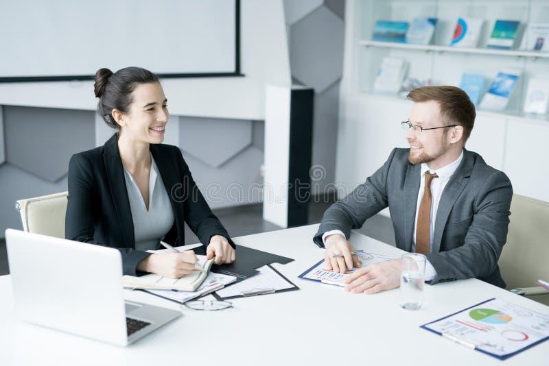 Νέα επιχειρηματίας στη συνεδρίαση με το συνεργάτη στοκ φωτογραφία με δικαίωμα ελεύθερης χρήσης
