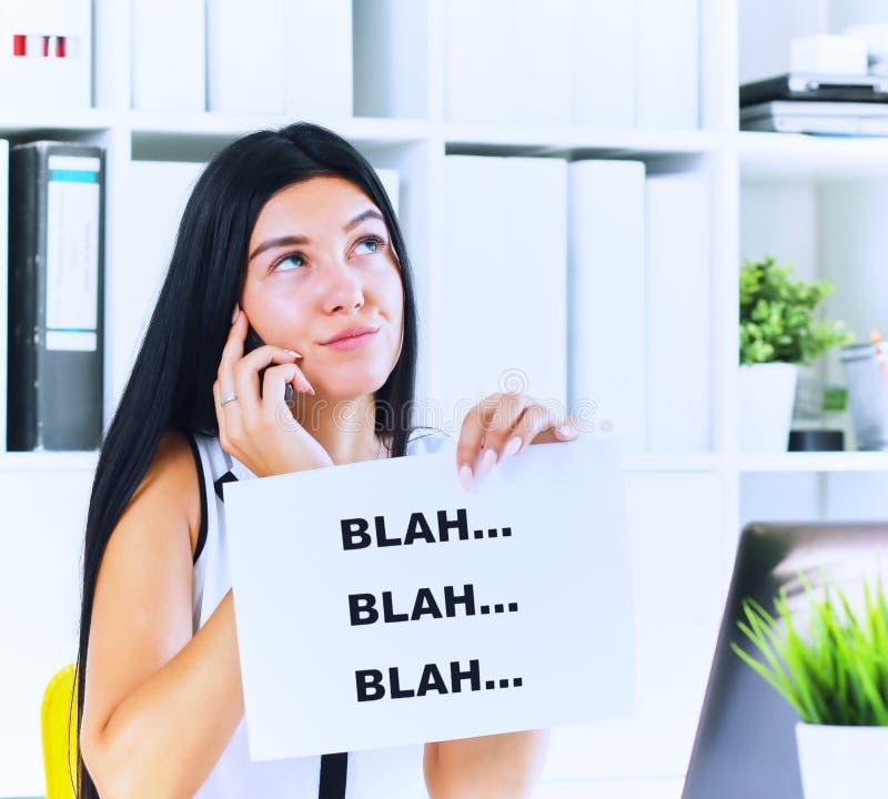 Νέα επιχειρηματίας στο στάδιο της άχρηστης συνομιλίας με τον πελάτη ή τον προϊστάμενο Αποτελεσματική έννοια επικοινωνίας στοκ εικόνες με δικαίωμα ελεύθερης χρήσης