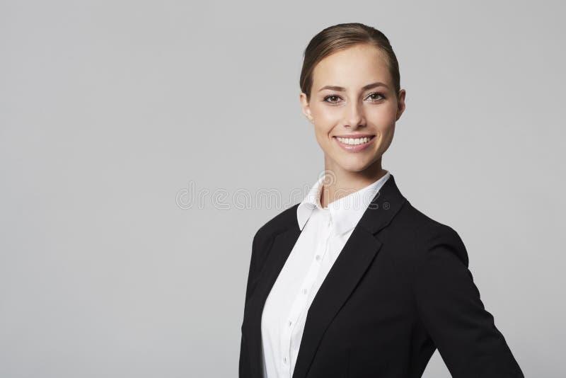 Νέα επιχειρηματίας στο στούντιο στοκ φωτογραφία με δικαίωμα ελεύθερης χρήσης