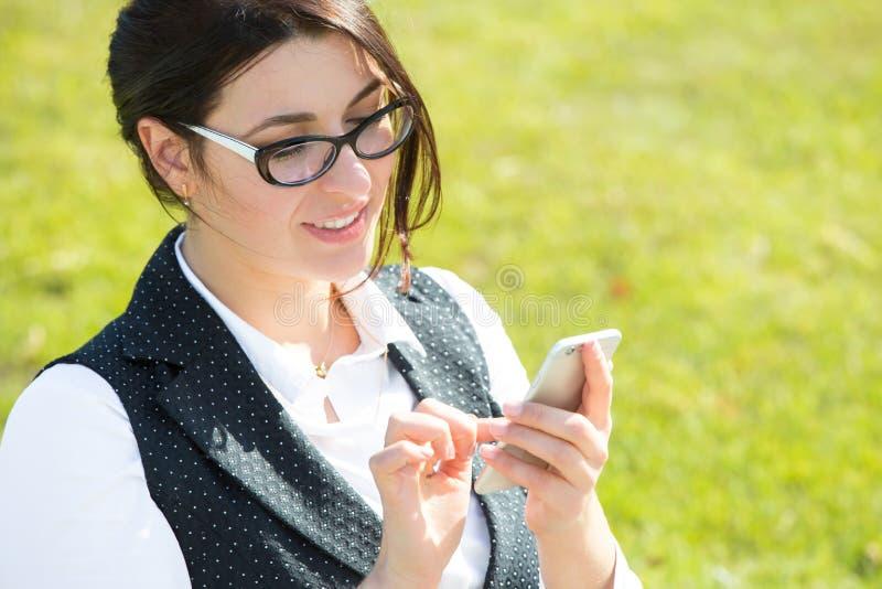 Νέα επιχειρησιακή γυναίκα με την ταμπλέτα και το τηλέφωνο στοκ εικόνα με δικαίωμα ελεύθερης χρήσης