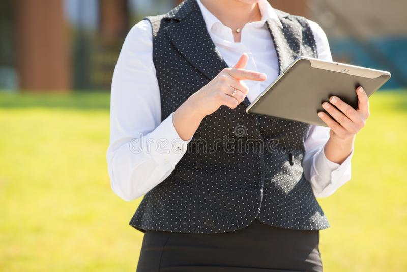 Νέα επιχειρησιακή γυναίκα με την ταμπλέτα και το τηλέφωνο στοκ φωτογραφία με δικαίωμα ελεύθερης χρήσης