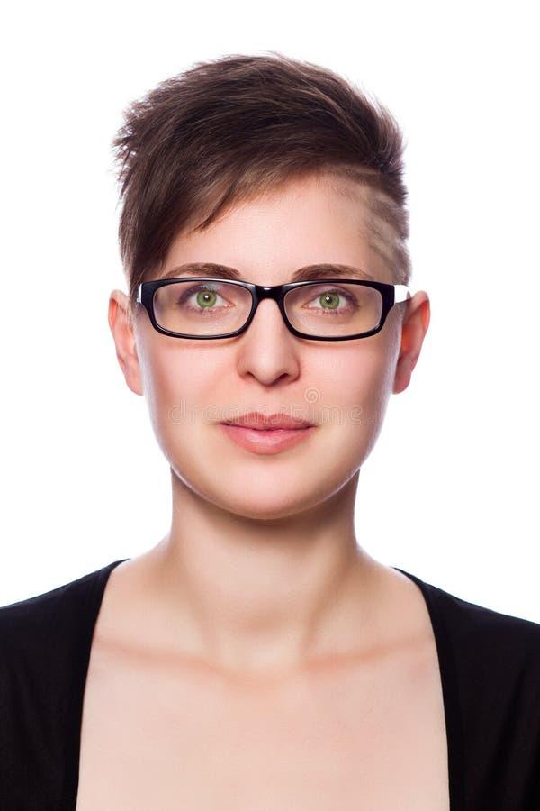 Νέα επιχειρησιακή γυναίκα με τη σύγχρονη κοντή τρίχα, που φορά τα γυαλιά στοκ εικόνα με δικαίωμα ελεύθερης χρήσης