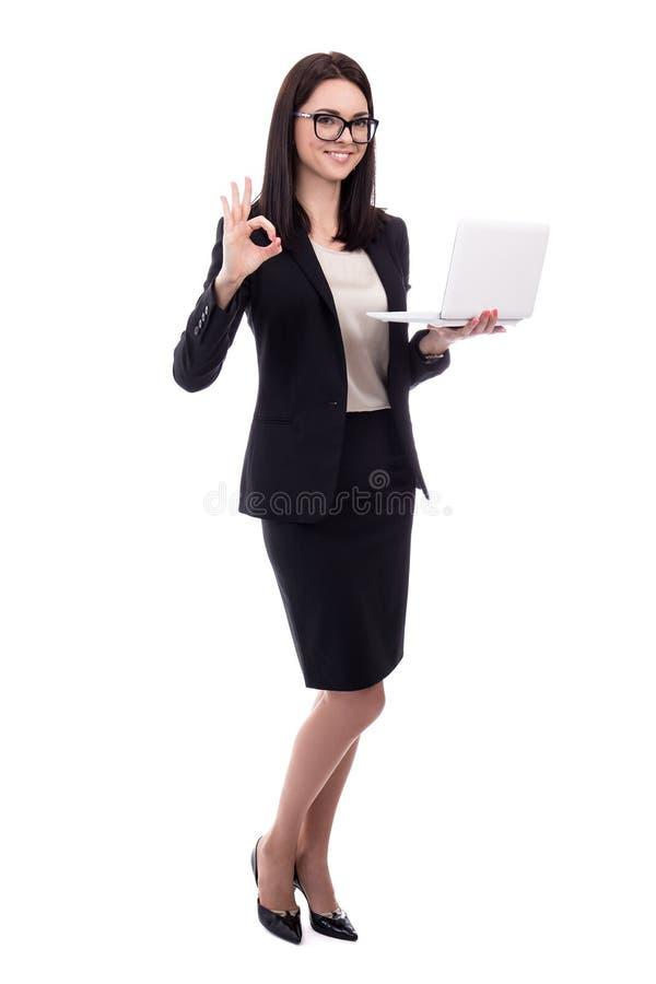 Νέα επιχειρησιακή γυναίκα με το lap-top εντάξει σημάδι που απομονώνεται που παρουσιάζει στο whi στοκ φωτογραφίες με δικαίωμα ελεύθερης χρήσης