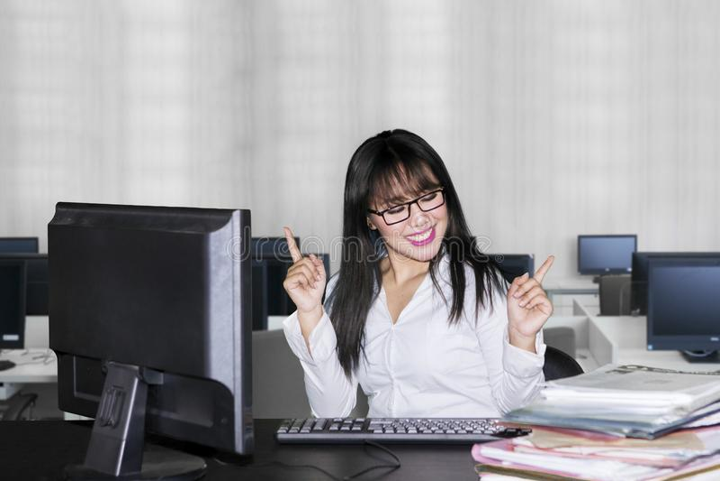 Νέα επιχειρησιακή γυναίκα που εκφράζει ευτυχή στην αρχή στοκ εικόνες