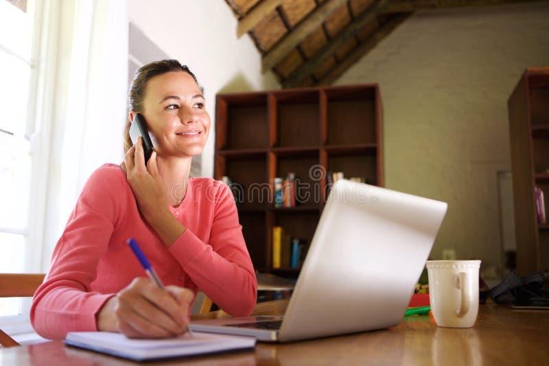 Νέα επιχειρησιακή γυναίκα που εργάζεται από το σπίτι στοκ φωτογραφία με δικαίωμα ελεύθερης χρήσης