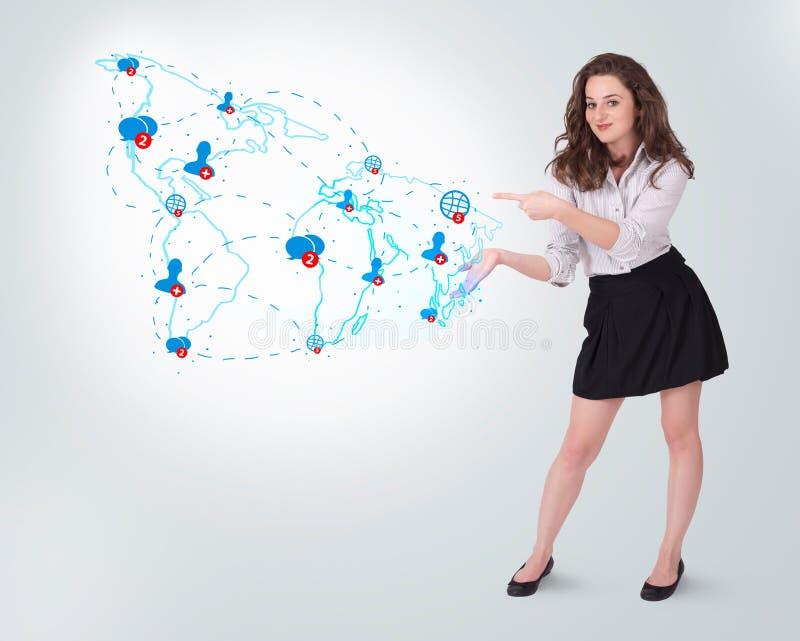 Νέα επιχειρησιακή γυναίκα που παρουσιάζει τον κοινωνικό χάρτη στοκ εικόνες
