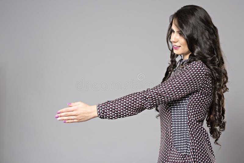 Νέα επιχειρησιακή γυναίκα που προσφέρει τη χειραψία στοκ φωτογραφίες