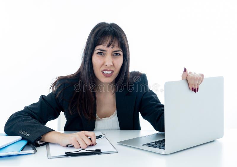 Νέα επιχειρησιακή γυναίκα που τονίζεται και απελπισμένη με το lap-top ? στοκ εικόνα με δικαίωμα ελεύθερης χρήσης
