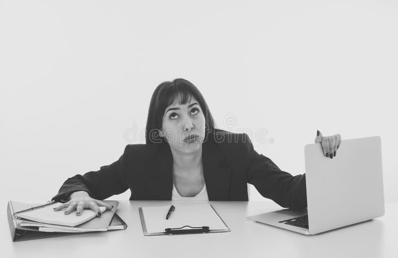 Νέα επιχειρησιακή γυναίκα που τονίζεται και απελπισμένη με το lap-top στοκ φωτογραφίες