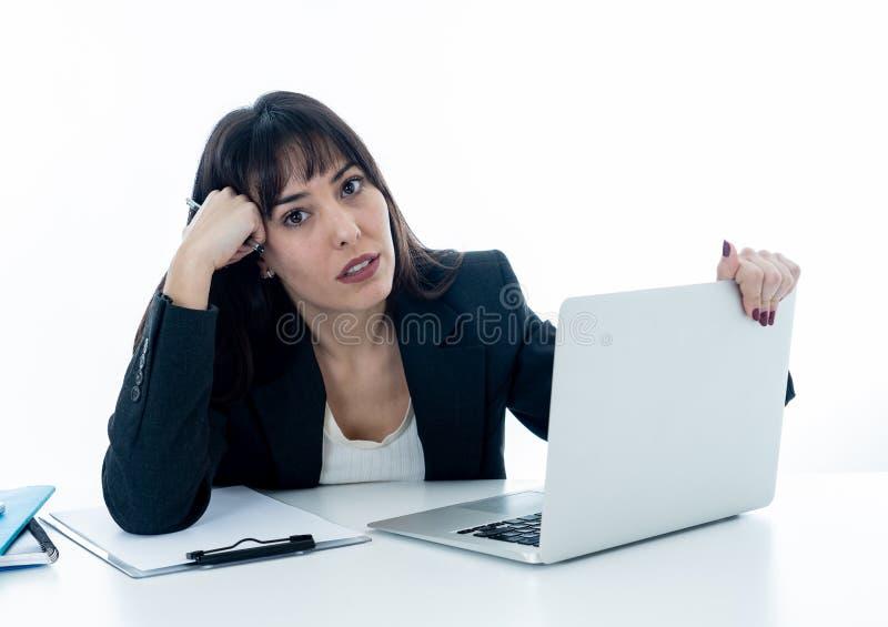 Νέα επιχειρησιακή γυναίκα που τονίζεται και απελπισμένη με το lap-top ματαιωμένος στοκ εικόνες