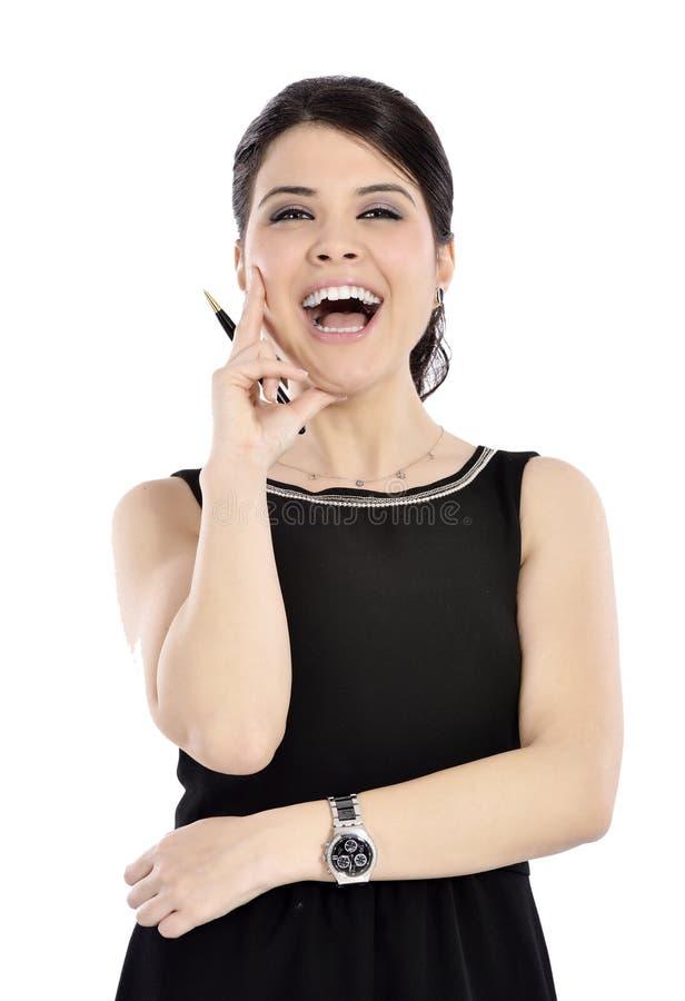 Νέα επιχειρησιακή γυναίκα που χαμογελά κρατώντας μια μάνδρα στοκ εικόνα