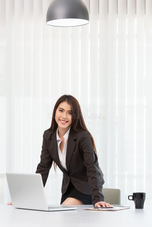 Νέα επιχειρησιακή γυναίκα που χρησιμοποιεί το φορητό προσωπικό υπολογιστή στοκ εικόνες