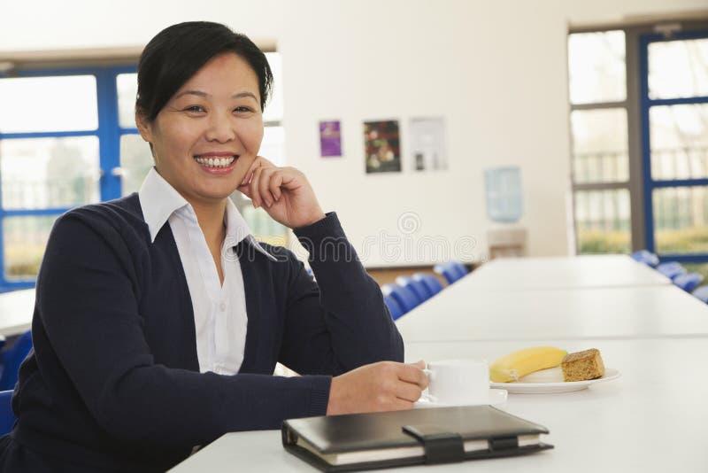 Νέα επιχειρησιακή γυναίκα στην καφετέρια επιχείρησης στοκ φωτογραφία
