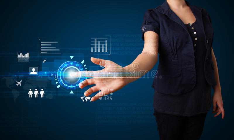 Νέα επιχειρησιακή γυναίκα σχετικά με τα μελλοντικά κουμπιά τεχνολογίας Ιστού και στοκ φωτογραφίες