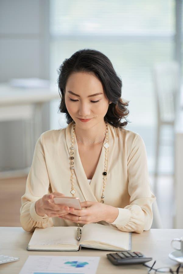 Νέα επιχειρησιακή κυρία Texting στοκ φωτογραφία