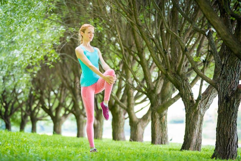 Νέα λεπτή γυναικεία κατάρτιση στο πάρκο στοκ εικόνες με δικαίωμα ελεύθερης χρήσης