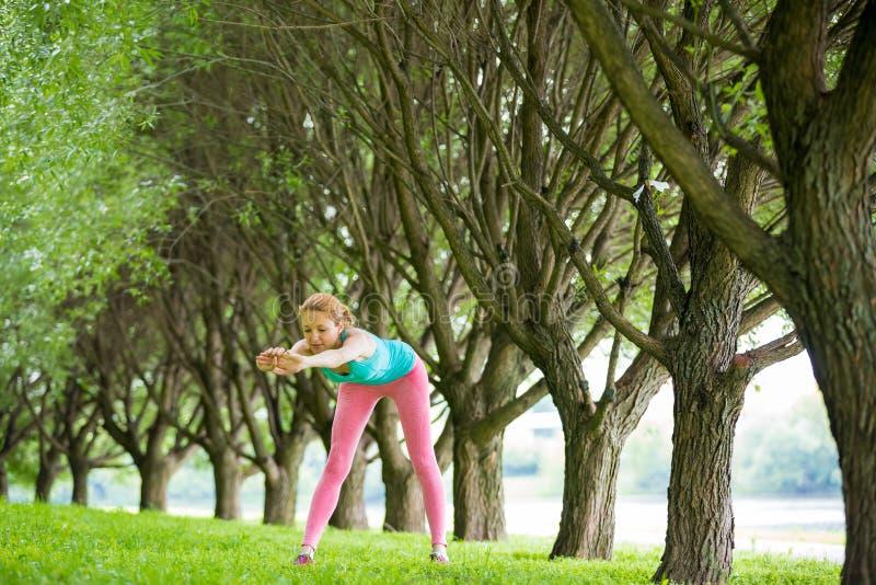 Νέα λεπτή γυναικεία κατάρτιση στο πάρκο στοκ φωτογραφίες με δικαίωμα ελεύθερης χρήσης