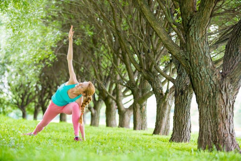 Νέα λεπτή γυναικεία κατάρτιση στο πάρκο στοκ εικόνα με δικαίωμα ελεύθερης χρήσης