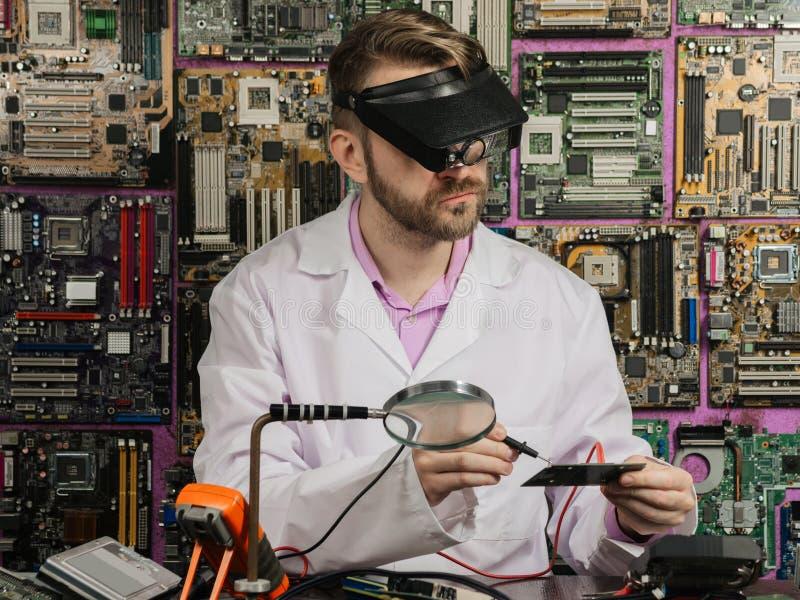 Νέα εργασία ειδικών ατόμων σε ένα κατάστημα επισκευής Χρησιμοποιεί τα διαφορετικά εργαλεία στοκ εικόνες