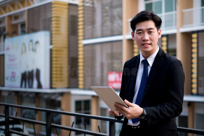 Νέα εργασία επιχειρηματιών με τα κινητά τηλέφωνα και τα σημειωματάρια στο γραφείο, επιχειρησιακή έννοια στοκ εικόνα με δικαίωμα ελεύθερης χρήσης