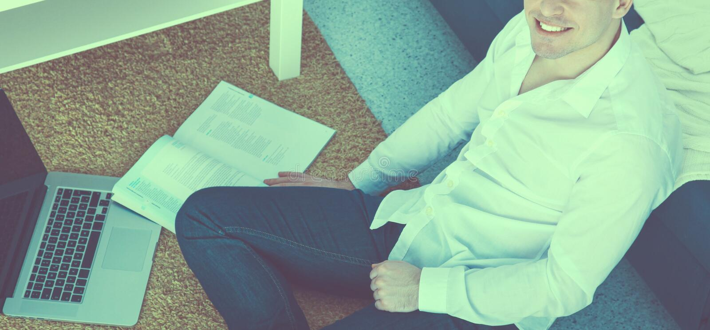 Νέα εργασία επιχειρηματιών στην αρχή, καθμένος στο γραφείο στοκ εικόνα με δικαίωμα ελεύθερης χρήσης