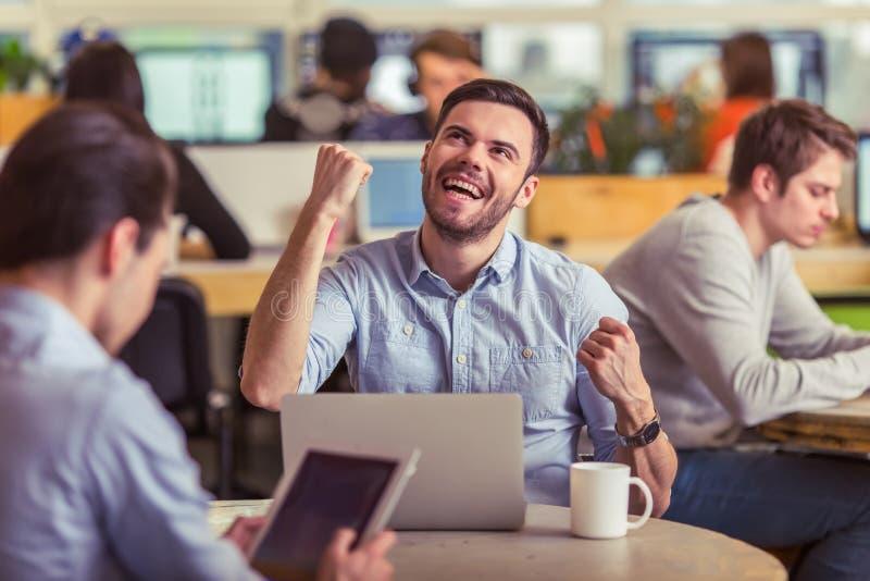 Νέα εργασία freelancers στοκ εικόνα με δικαίωμα ελεύθερης χρήσης