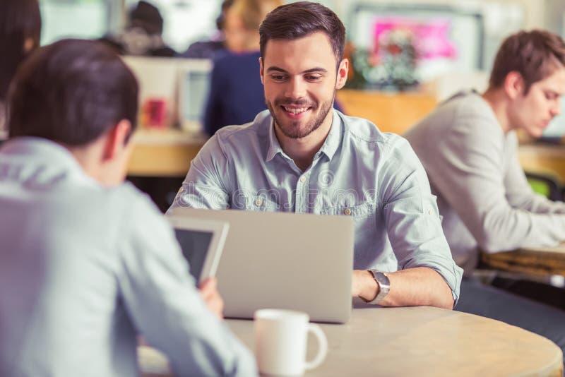 Νέα εργασία freelancers στοκ εικόνες με δικαίωμα ελεύθερης χρήσης