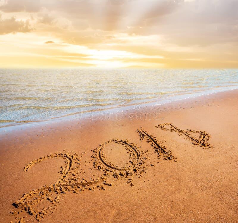 Νέα ερχόμενη έννοια έτους 2018 Ψηφία στην παραλία άμμου στοκ εικόνα