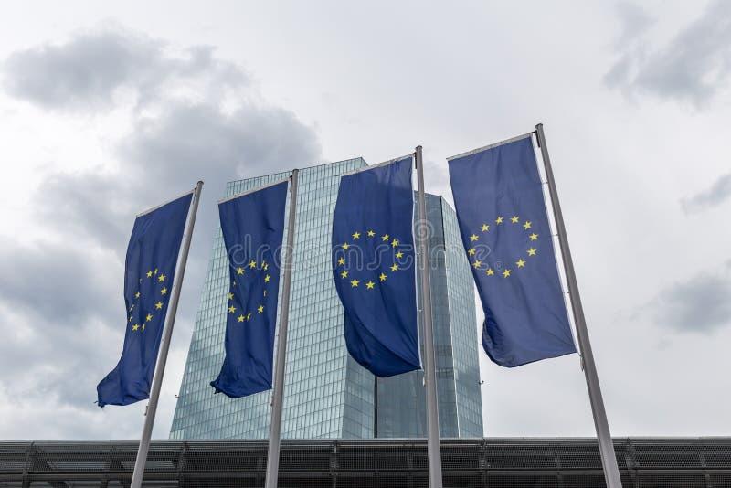 Νέα Ευρωπαϊκή Κεντρική Τράπεζα στη Φρανκφούρτη Γερμανία με τις σημαίες της Ευρώπης στοκ φωτογραφία