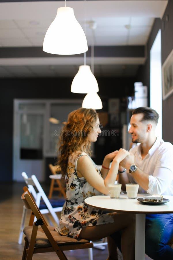 Νέα ευρωπαϊκή συνεδρίαση κοριτσιών με το φίλο στον καφέ και τη στήριξη στοκ εικόνα