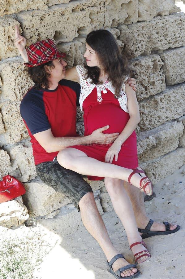 Νέα ευτυχής έγκυος γυναίκα & ο σύζυγός της στοκ φωτογραφία με δικαίωμα ελεύθερης χρήσης