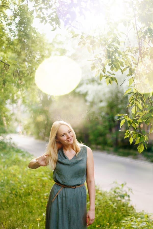 Νέα ευτυχής ήρεμη γυναίκα στη θερινή χώρα στοκ φωτογραφία