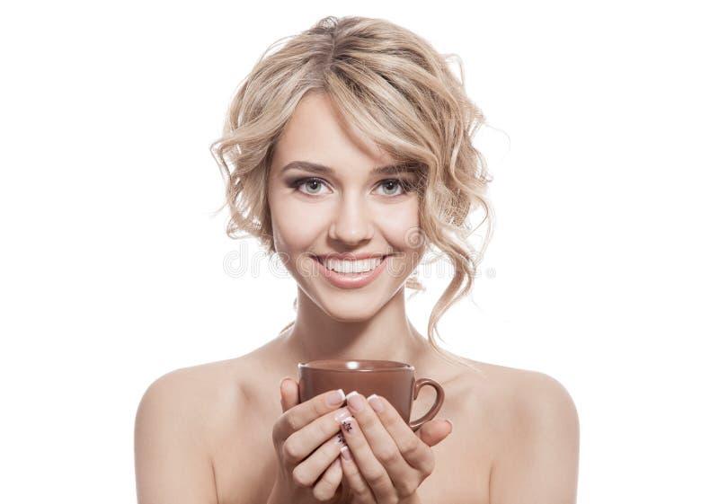 Νέα ευτυχής γυναίκα με έναν αρωματικό καφέ στα χέρια. Απομονωμένος στοκ φωτογραφία με δικαίωμα ελεύθερης χρήσης