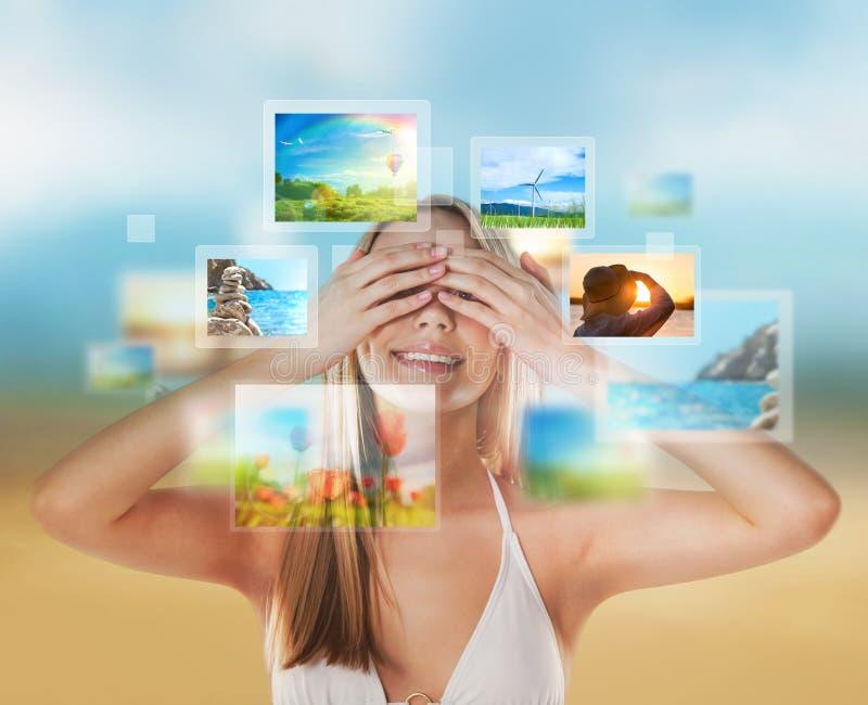 Νέα ευτυχής γυναίκα με τις μνήμες διακοπών ταξιδιού στοκ εικόνα