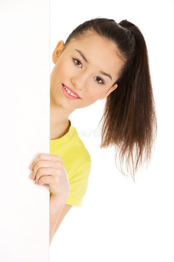 Νέα ευτυχής γυναίκα με το κενό χαρτόνι στοκ εικόνα με δικαίωμα ελεύθερης χρήσης
