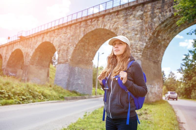Νέα ευτυχής γυναίκα που ταξιδεύει με το σακίδιο πλάτης στοκ φωτογραφίες