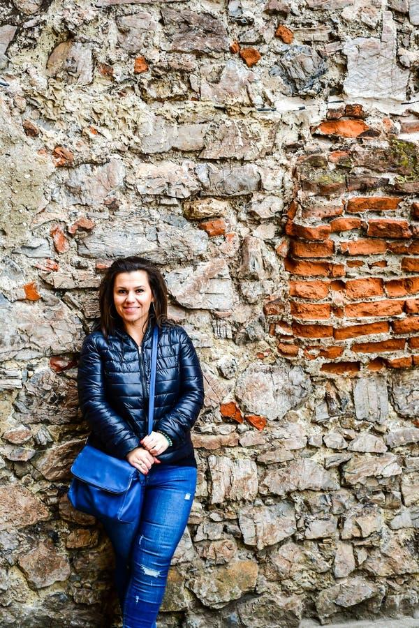 Νέα ευτυχής γυναίκα σε Corvin Castle, Ρουμανία στοκ εικόνα