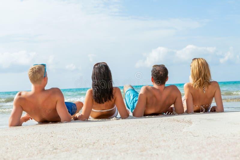 Νέα ευτυχής διασκέδαση havin φίλων στην παραλία στοκ εικόνα