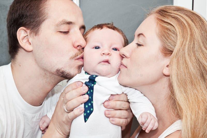 Νέα ευτυχής οικογένεια με το μωρό στοκ εικόνες