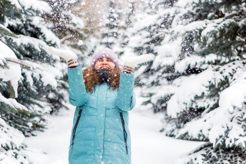 Νέα ευτυχής συγκινημένη γυναίκα μέσα στο κομψό δάσος, χειμερινό ευτυχές πορτρέτο, διακοπές στοκ φωτογραφία