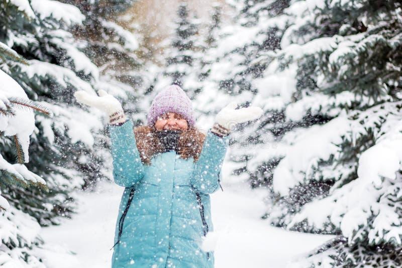 Νέα ευτυχής συγκινημένη γυναίκα μέσα στο κομψό δάσος, χειμερινό ευτυχές πορτρέτο, διακοπές στοκ φωτογραφία με δικαίωμα ελεύθερης χρήσης