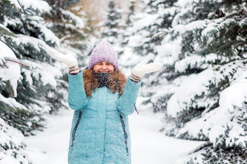 Νέα ευτυχής συγκινημένη γυναίκα μέσα στο κομψό δάσος, χειμερινό ευτυχές πορτρέτο, διακοπές στοκ εικόνες με δικαίωμα ελεύθερης χρήσης