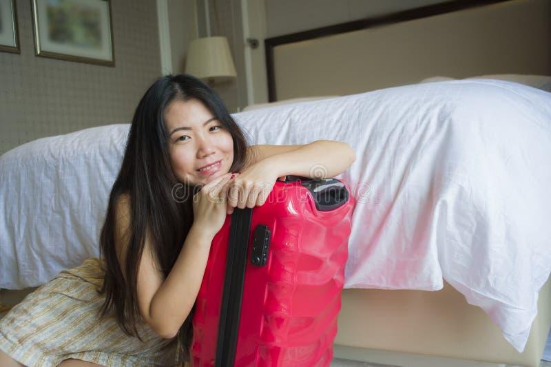 Νέα ευτυχής όμορφη ασιατική κορεατική γυναίκα τουριστών με τη βαλίτσα ταξιδιού που φθάνει στη συνεδρίαση ξενοδοχείων στο πάτωμα δ στοκ φωτογραφίες με δικαίωμα ελεύθερης χρήσης