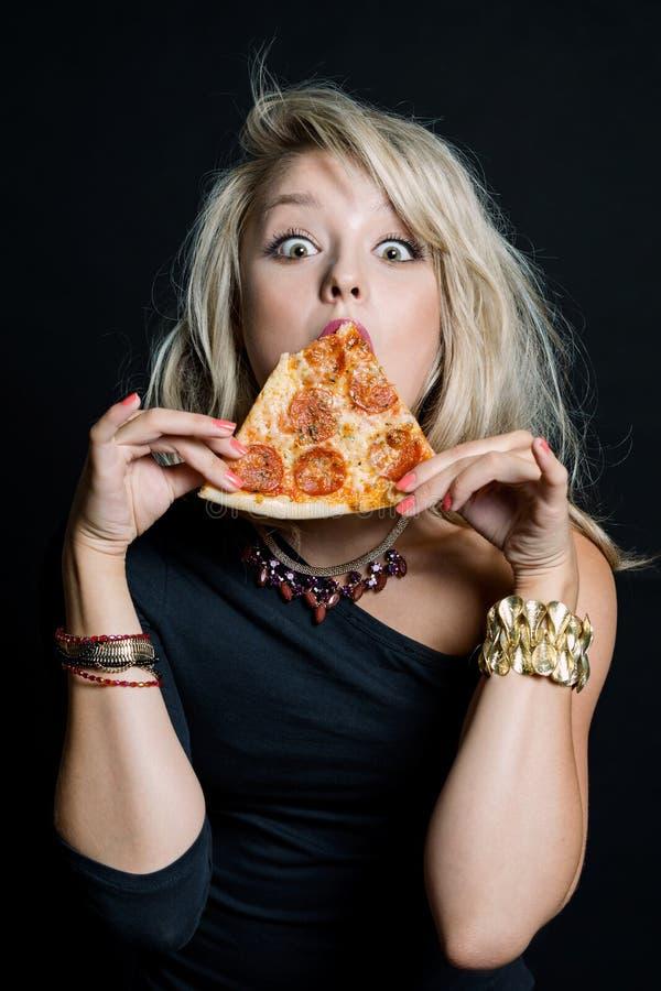 Νέα ευτυχής όμορφη γυναίκα που τρώει την πίτσα στοκ εικόνες με δικαίωμα ελεύθερης χρήσης