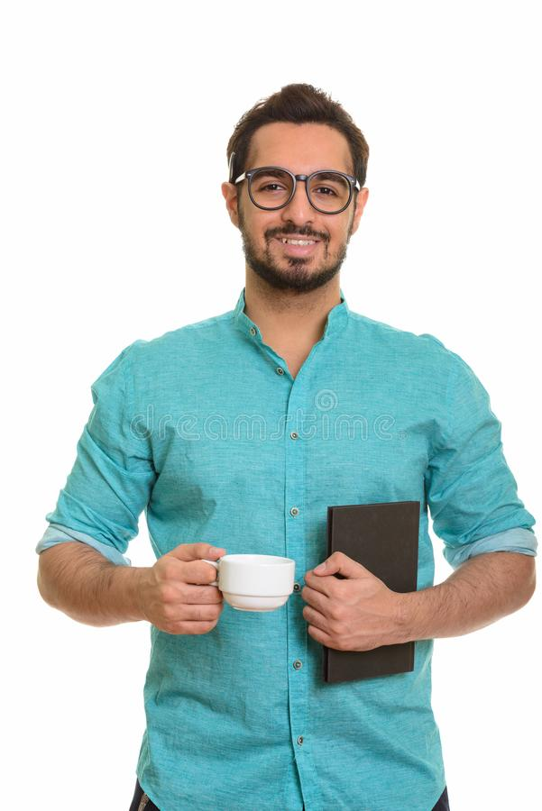Νέα ευτυχή ινδικά φλυτζάνι και βιβλίο καφέ εκμετάλλευσης ατόμων στοκ εικόνες