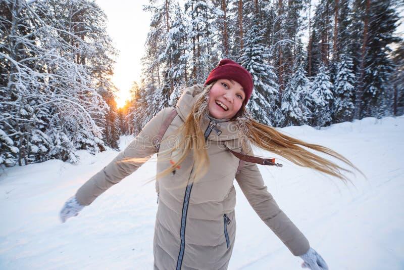 Νέα εύθυμη γυναίκα που έχει το χειμώνα διασκέδασης στο χιονισμένο δασικό χιονώδη καιρό χειμερινών πεύκων Μεγάλα πεύκα οι διακοπές στοκ φωτογραφίες με δικαίωμα ελεύθερης χρήσης