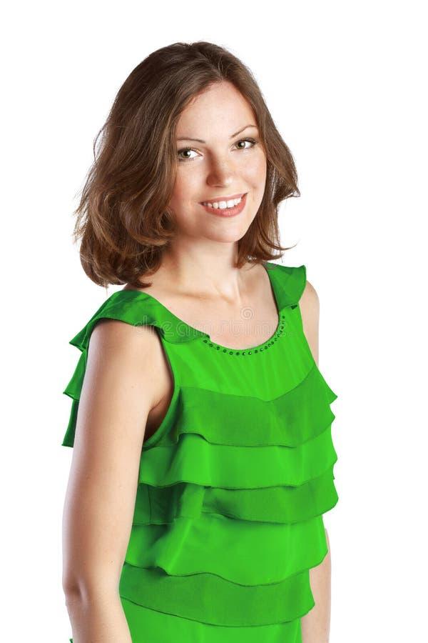 Νέα εύθυμη γυναίκα στο πράσινο φόρεμα στοκ εικόνα