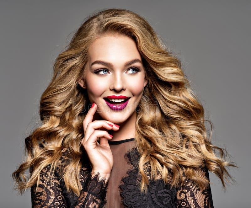 Νέα εύθυμη ευτυχής γυναίκα υγιές απομονωμένο ροζ τριχώματος κοριτσιών ανασκόπησης όμορφο καφετί σγουρό Σγουρό hairstyle στοκ φωτογραφίες