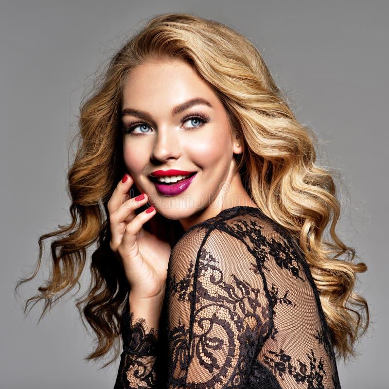 Νέα εύθυμη ευτυχής γυναίκα υγιές απομονωμένο ροζ τριχώματος κοριτσιών ανασκόπησης όμορφο καφετί σγουρό Σγουρό hairstyle στοκ εικόνα με δικαίωμα ελεύθερης χρήσης