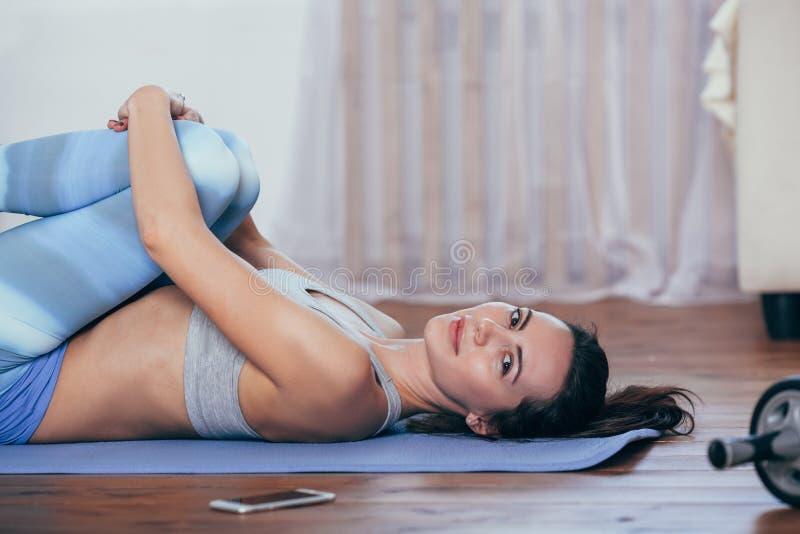 Νέα εύθυμη ελκυστική γιόγκα άσκησης γυναικών στοκ φωτογραφία με δικαίωμα ελεύθερης χρήσης